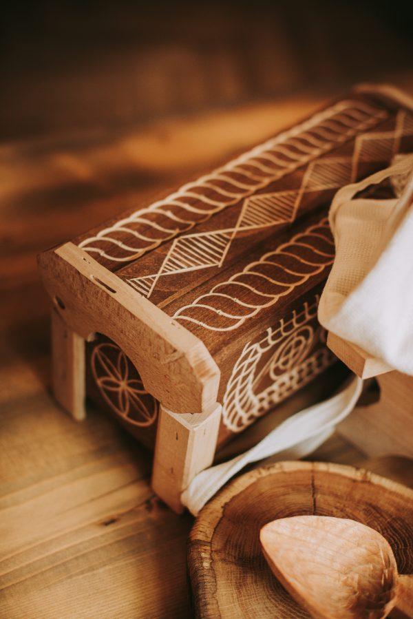 Lada de zestre in miniatura produsa de un artizan local